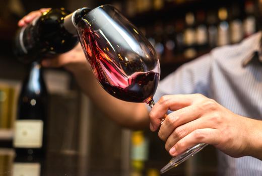 Piatto wine pour