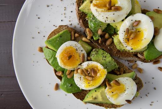 Kellari tarverna avocado toast eggs