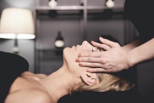 Marianella spa woman head massage