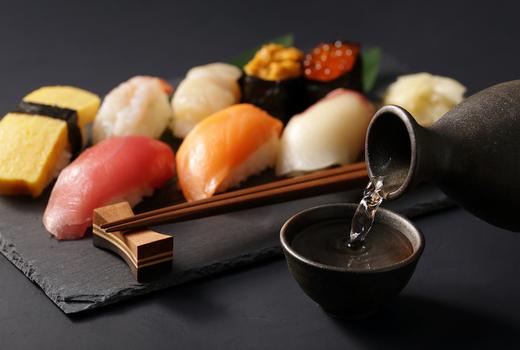Okinii sushi sake pour