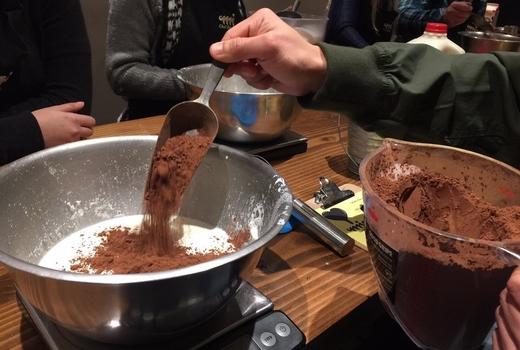 Mia chef gelateria cocoa powder pour