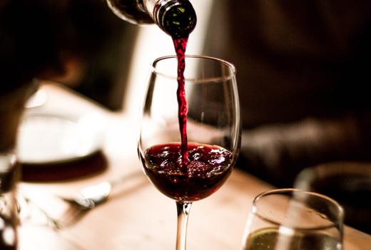 Blackbarn pour red wine