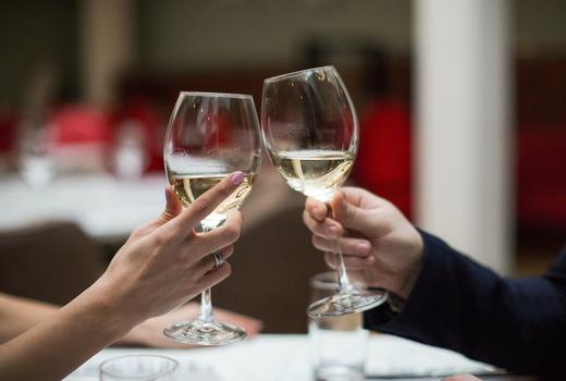 Le reve cheers white wine