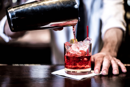 Break bar cocktails pour sweet
