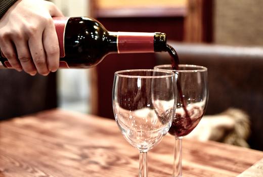 Copinette red wine pour