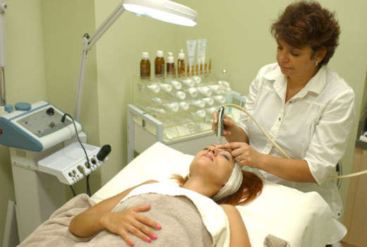 Gemvie medispa tech giving facial rest