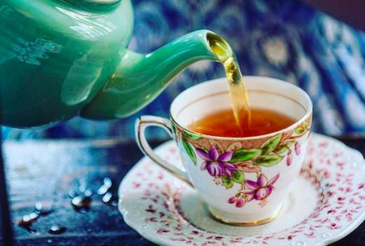 Alices tea cup pour tea pot