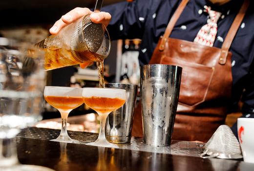 Bourbon burgers cocktils bartender pour