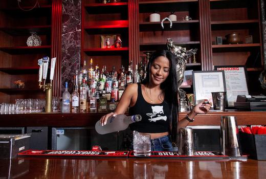 Alexander hamilton tavern pour alcohol