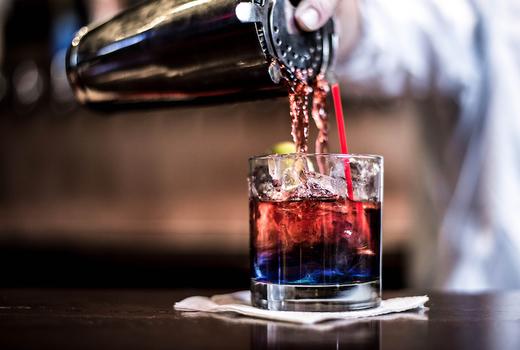 Alexander hamilton tavern bartender pour