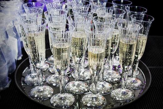 Kimoto nye drinks champagne