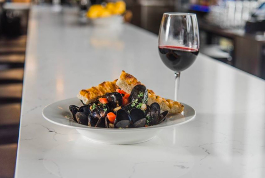 Piatto mussels glass of vino