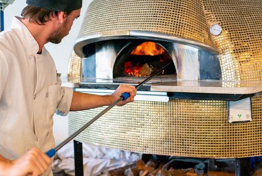 Midici chef oven making pizza