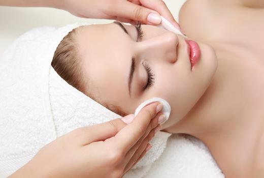 La peau woman face clean