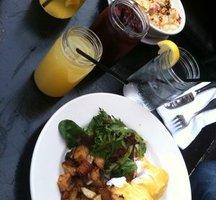 Brunch-eggs-cocktails