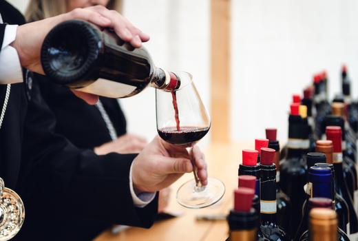 Nywe wine pour glass
